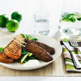 Quorn färsspett med grön curry, grillat bröd och syrlig äppelsallad recept